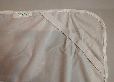 Непромокаемый наматрасник без бортов из ткани Далия; крепление - угловые резинки.