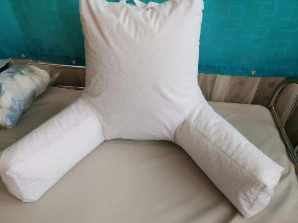 Подушка с подлокотниками для удобного размещения в кровати