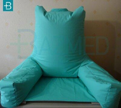 Поддерживающая подушка-кресло с сиденьем и подлокотниками в чехле из непромокаемой ткани